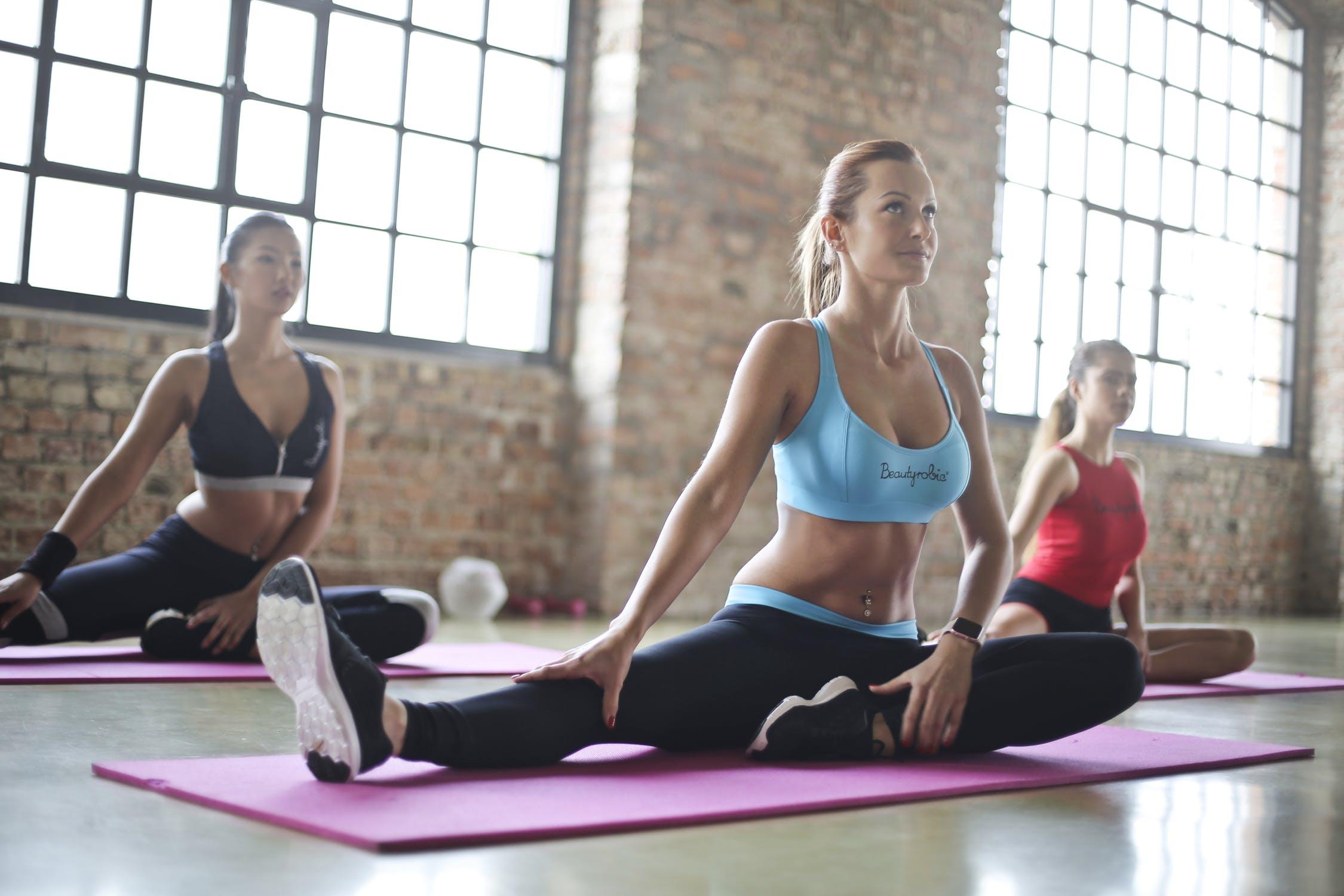Zaměstnanci cvičí jógu v průběhu pracovního dne